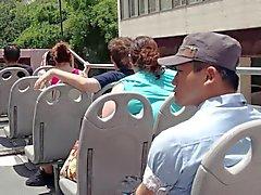 hacia abajo blusa en publico en el bus