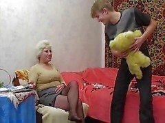 Omi mögen ihrem kleinen Jungen