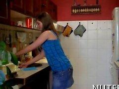 Adolescente si fa leccare sul un ripiano della cucina
