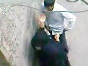 Paki Aunty dans le noir de la burqa aime le sexe musulman Paki de garçon sur la circulation