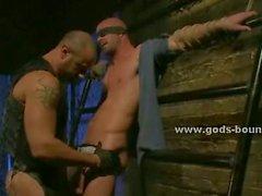 Hombre que amordazadas dispone de su polla absorbidos en la cama de metal contra el voluntad por un tío hablaba gay