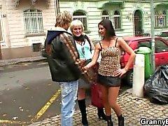 Vanha prostituoituna ottaa ne takaapäin