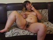 dodue nue par une chatte poilue fume