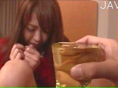 Vollbusige der japanischen pinkelt In Ein Glas