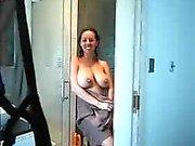 Episk MILF fångas leker med sig själv i duschen