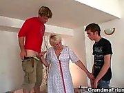 Hot trio avec la grand-mère très vieux
