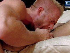 Blonde Bearded Hunk nimmt Hairy Muscle Stud's unbeschnittenen Hahn