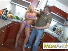 suocera Janet Clarke scopata in cucina