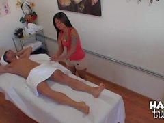Ein Mann wird seinen Schwanz zu durch asiatische Massage Mädchen streicheln Nipsey