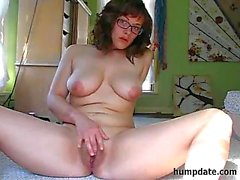 Adolescente busty con gli occhiali masturba il