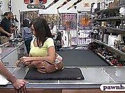 Pretty brunette Babe gefickt von Fremden in der Pfandleihe