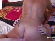 Mutti hilft 18yr alten Bubi bei seinem ersten mal Sex