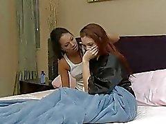Punapää ja brunette lezzie ottaa kuuma 69 toimintaa makuuhuoneessa