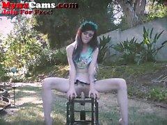 Petite Teen Rides Dildo Tuoli ulkopuolella