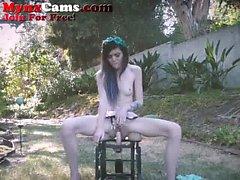 Petite Genç Dış Dildo Sandalye Rides