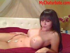 Caliente trigueno adolescente con pechugona se desnuda y presenta en su webcam