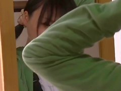 Nuori tyttö ja vanhempi mies harrastavat sukupuolta julkisessa hygieniassa