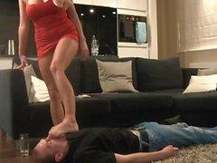 Данни Harwood закрепощает мужа при ноги