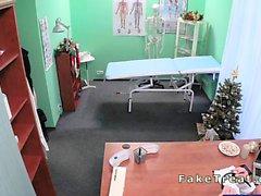 Arzt fickt Patient in ein Büro am Weihnachtstag