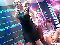 Våt lesbisk kvinna dancing erotiskt
