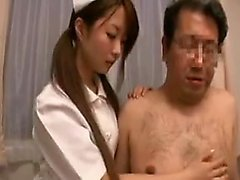 Enfermeira asiática provocativa usa os lábios e as mãos para agradar a um