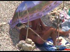 Dei nudisti maturi sposa che dà sega sulla spiaggia di voyeur