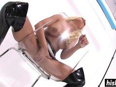 Britney Amber dans des bottes en latex se masturber