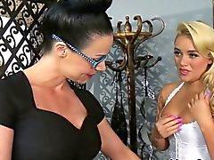 Lesbien Babe Alexis de Monroe dominée par les MILF