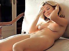 doğal göğüsleri ile tatlı sarışın bir