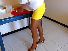 Hausfrau em Strumpfhose salto alto de und mulas