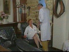Età matura Nurse Francia fottuto con due uomini
