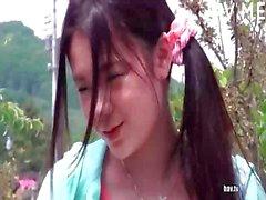Aziatische Chick Pronken Boobs Buiten