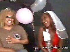 Braut zu seien Gen Tilly betrunken ist bis Vorabend ihren Partei und saugt Male Strippers Schwanz Vor dem Er bumst ihrer engen Pussy