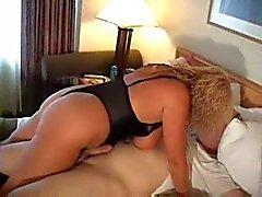 Hot Curvy Rondborstige Oudere Cougar Gets Kinky