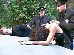 GF cara assistindo fodida por dois policiais !