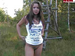Tyska sweety ha roligt i skogen