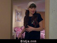 Jeune femme de ménage aime baiser vieux coq en chatte poilue
