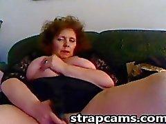 Busty Rothaarigen Apfelsorte Granny fucks ihre Muschi mit grossen Sex-Spielzeug