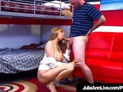 Busty Milf Julia Ann Bangs hänen opettajansa samalla opettaa häntä!