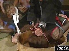 Twee Aziatische slaven krijgen vastgebonden en tortuned door water dunken