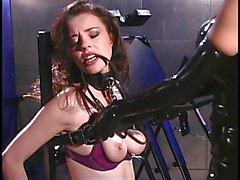 Brunette bound durch weibliche Meister beherrscht