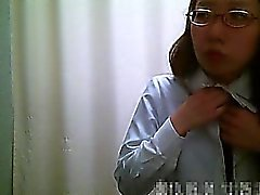 Dressingroom spycam Utställningar Asiatiska roliga flickor ta bort a rosa klädnad