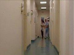 Paciente morena peituda , Laura Leão, recebe seu bichano e burro martelado pelo médico