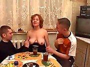 Moden Kvinde & 2 Unge Fyre - 7 (Danish Title)