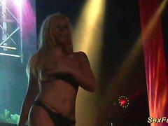 Milf busty alemão em palco público