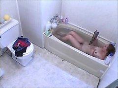 Voyeur девочки мастурбирует по ванну