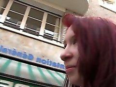 Redhead von Zoe Gangbang im einen Sexshop Ihr