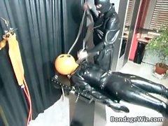Court Kinky scène de cul avec un homme dans de latex