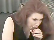 Espectacular chica morena le gusta el pene oscuro sobre el mattre