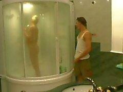 Pojke Går badrummet medan mamma tar Dusch